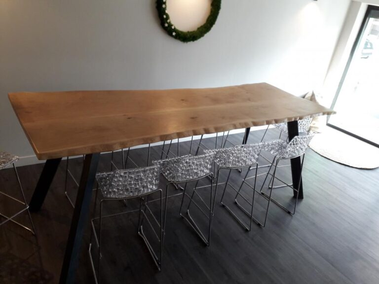 Table bois pieds métal bords irréguliers – 1800.00€