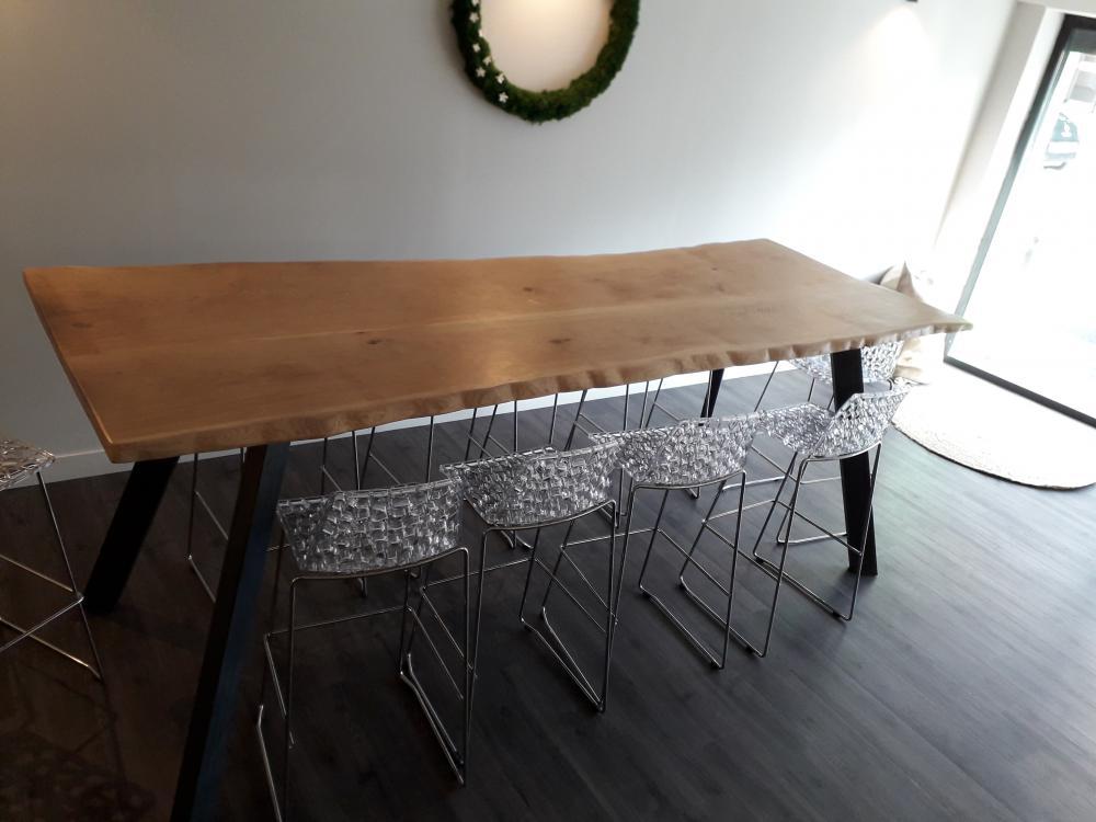 Table en chêne pieds métal et bords irréguliers – 1800.00€