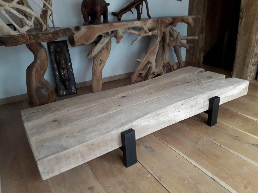 Table basse poutre de chêne et pieds métal – 1350.00€
