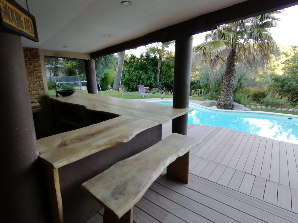 Comptoir avec banc et tabouret haut assortis en chêne à bords irréguliers – 600.00€