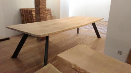 Table en chêne, pieds inclinés en métal – 1800.00€