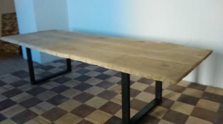 Table en chêne bords irréguliers piétements métalliques – 1750.00€