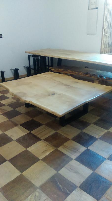 Table basse en chêne bords irréguliers pieds métalliques – 890.00€