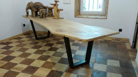 Table en chêne bords irréguliers piétements métalliques – 1900.00€