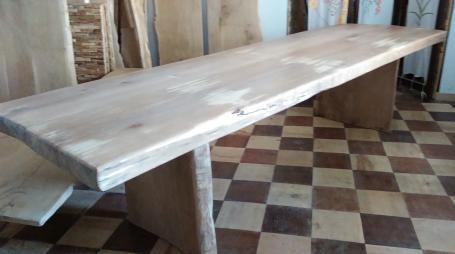 Table en hêtre bord irrégulier et  droit piétement en bois – 1900.00€