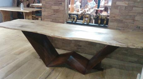 Table en chêne bords irréguliers piétements métalliques – 2200.00€