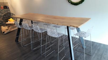 Table haute chêne de bourgogne clair avec bords irréguliers, pieds métal noirs inclinés – 1800.00€