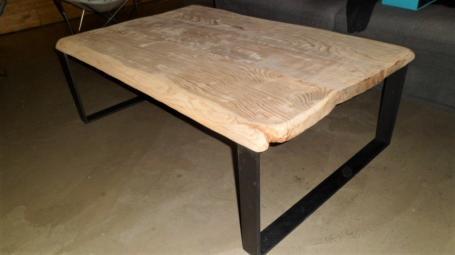 Table basse en chêne bords irréguliers pieds métalliques – 600.00€