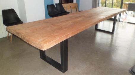 Table en hêtre bord irrégulier et  droit piétement métalliques – 2600.00€