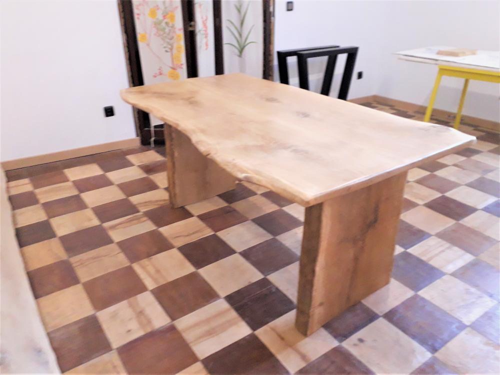 Table en chêne piétement bois – 1200.00€