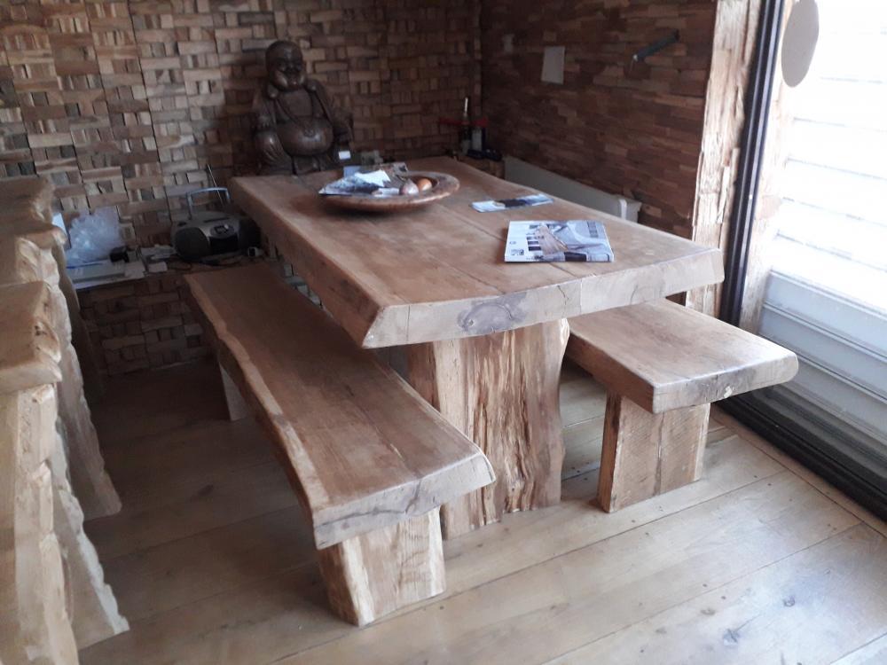 Table chêne de bourgogne clair massive sous écorce – 1550.00€
