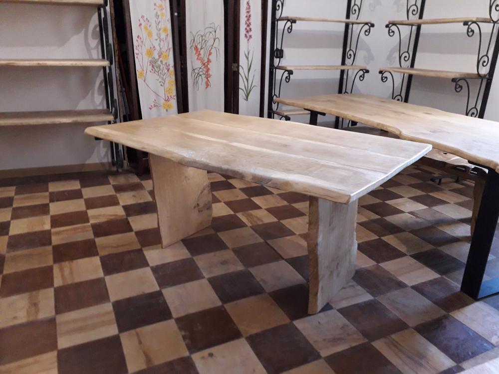 Table chêne de bourgogne clair piétement bois – 950.00€