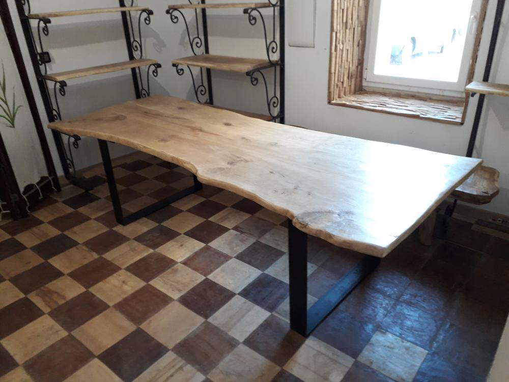 Table chêne de bourgogne clair massive sous écorce piétements métalliques – 1800.00€