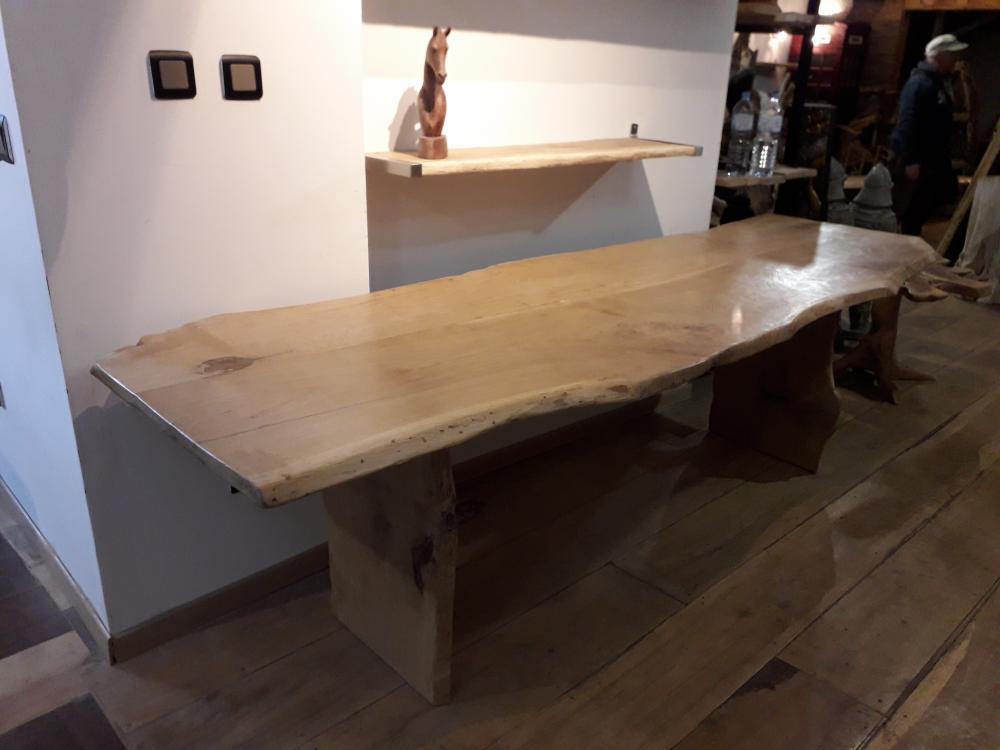 Table chêne de bourgogne clair piétement bois – 1500.00€