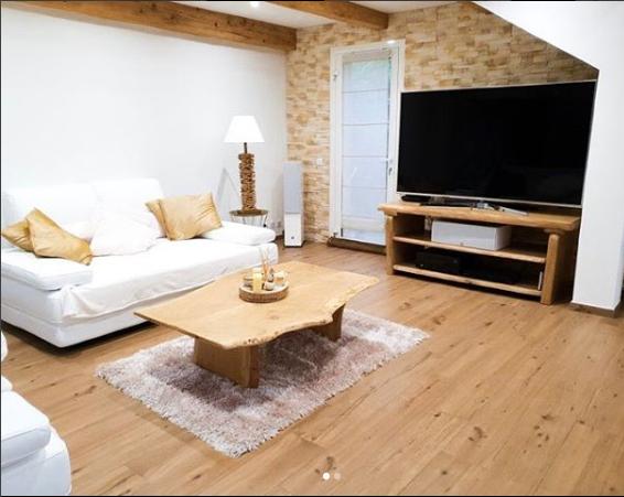 Table basse chêne de bourgogne clair bords irréguliers et piétements en bois – 750.00€