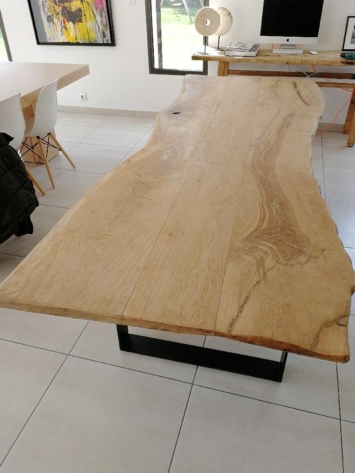 Table chêne clair bords irrégulier piétement métal – 1750.00€