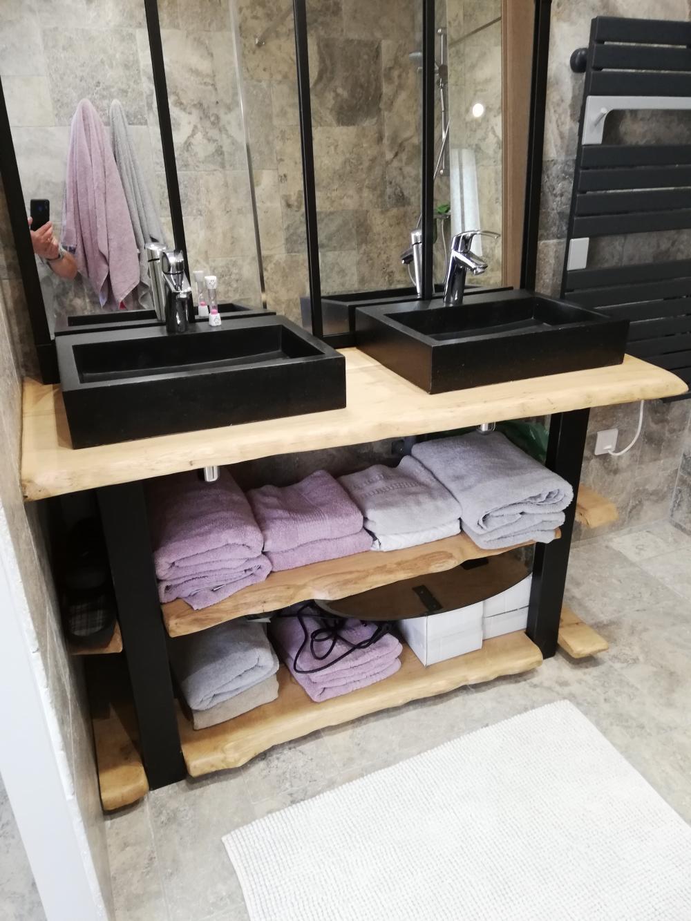 Meuble de salle de bain chêne clair bords irrégulier et métal – 990.00€