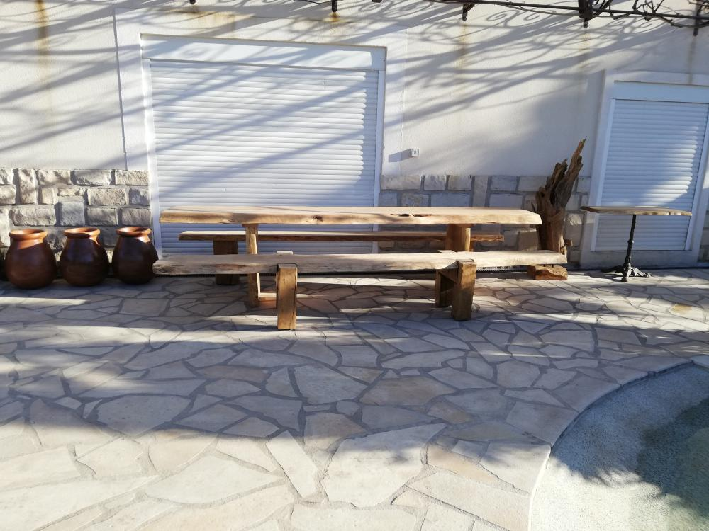 Ensemble table et bancs vieux chêne – 2000.00€