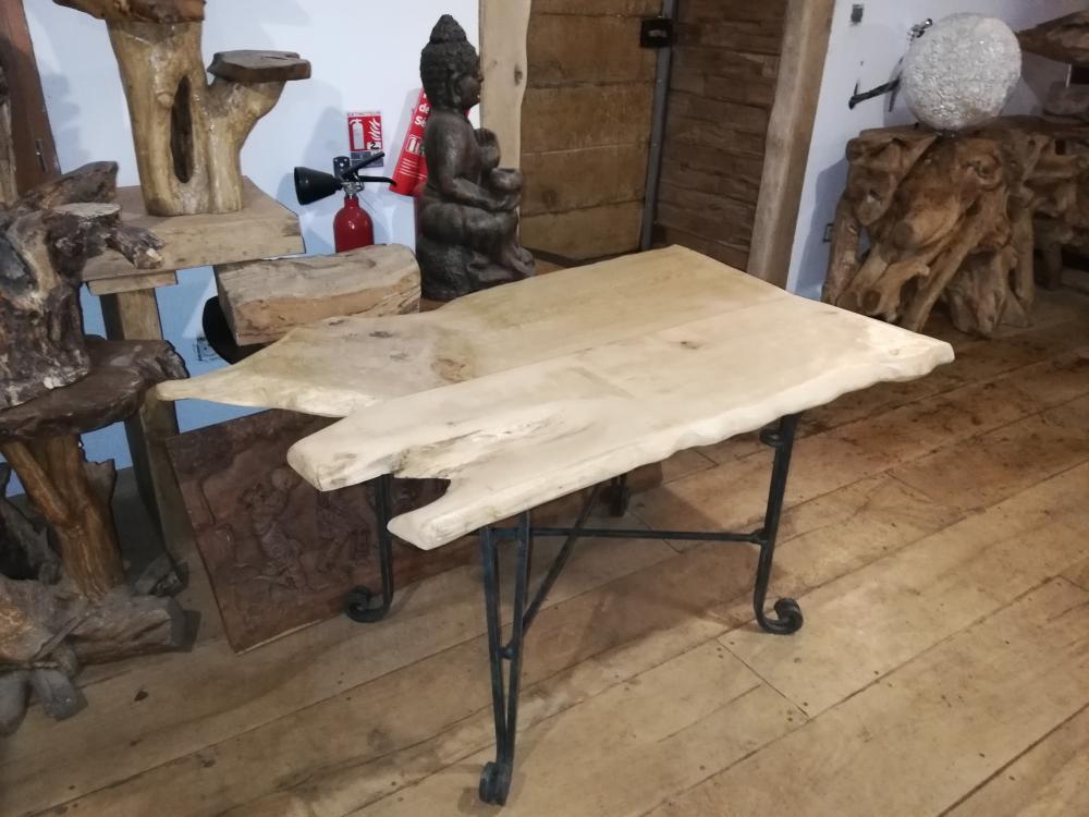 Table basse en chêne déstructuré piétements fers forgés – 600.00€