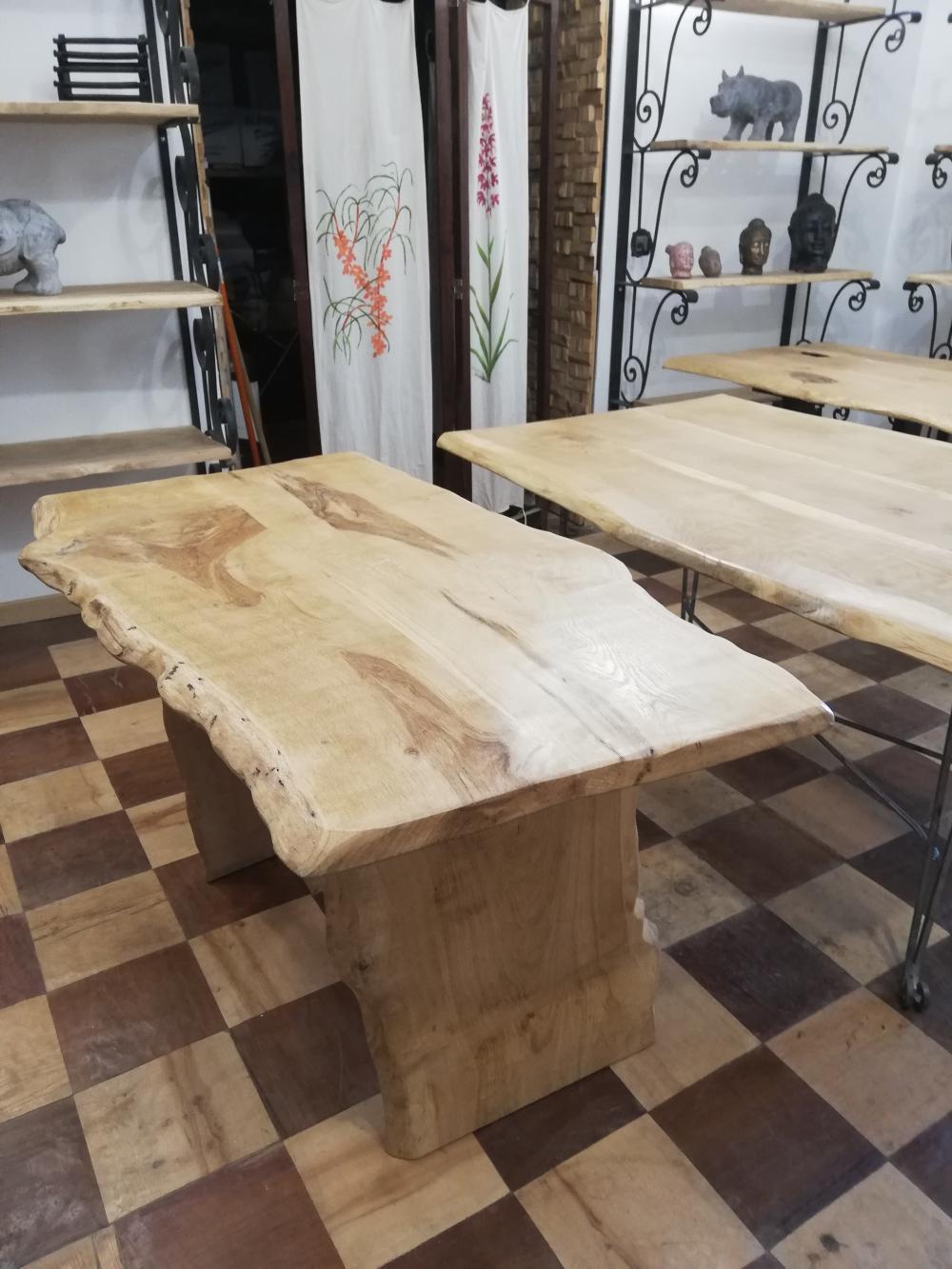 Table chêne clair piétements bois – 580.00€
