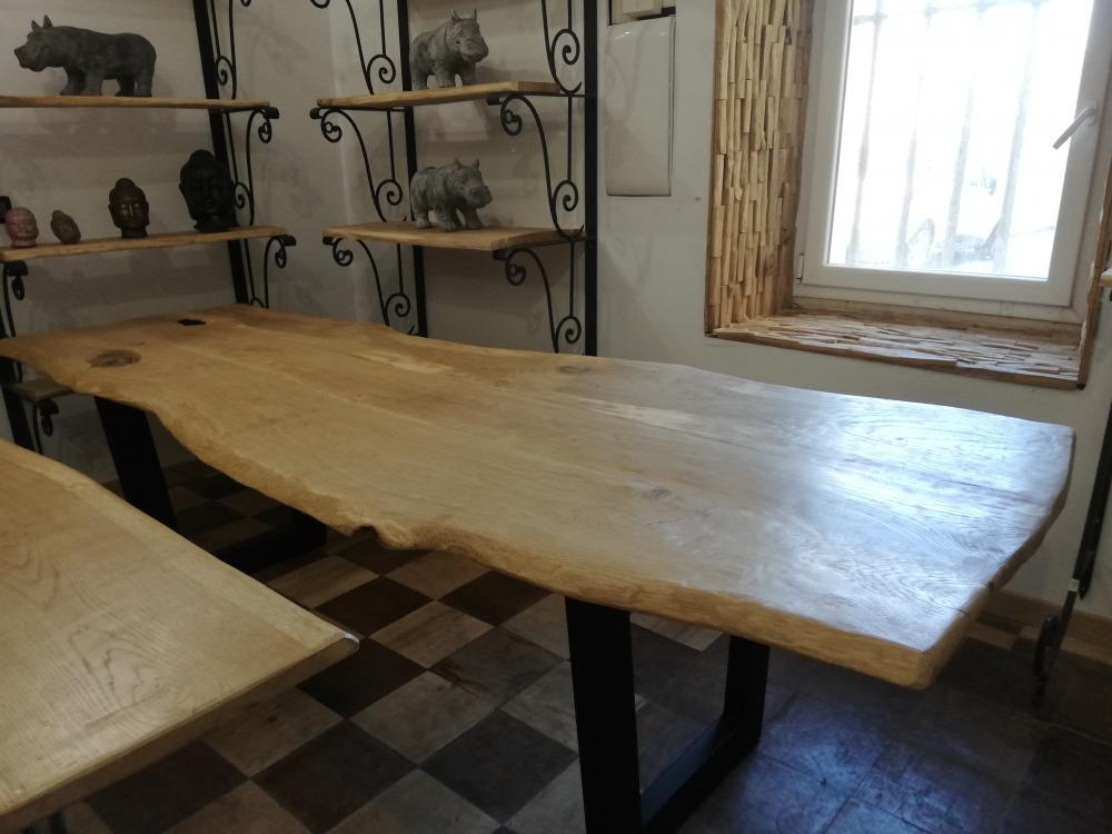 Table en chêne clair bord irrégulier avec piétements métalliques – 1900.00€