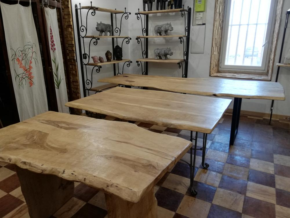 Table chêne clair bord irréguliers – 580.00€