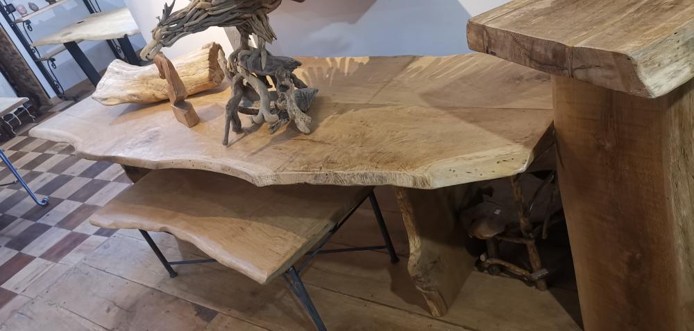 Table en chêne et pieds en bois – 1550.00€