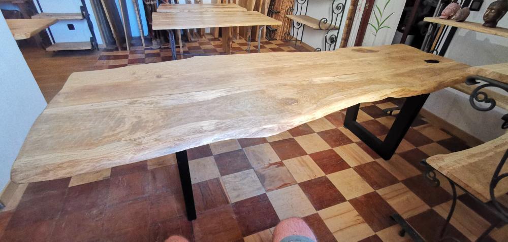 Table en chêne  avec pieds métalliques – 1750.00€