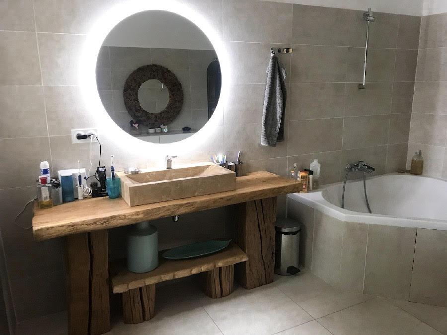 Meuble de salle de bain en deux éléments avec pose serviettes en chêne de Bourgogne – 1100.00€