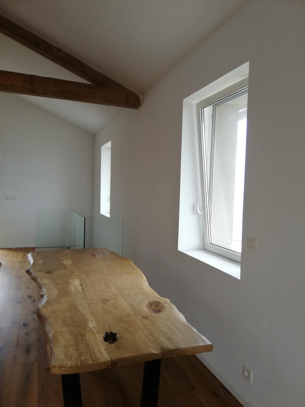 Table en chêne de Bourgogne clair et piétement métalliques noirs – 1750.00€
