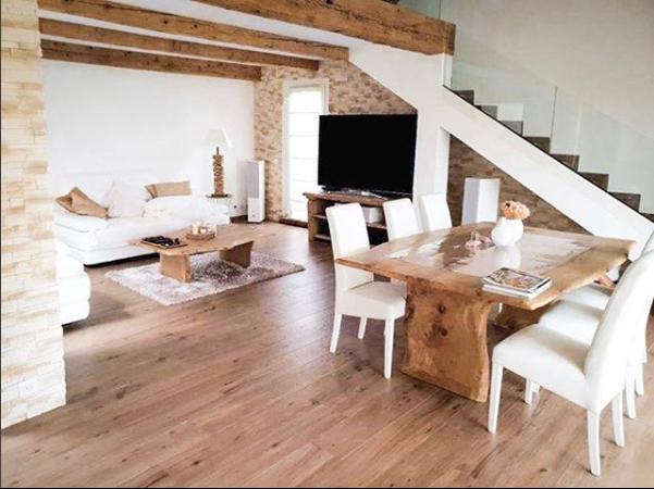 Table en chêne de Bourgogne clair à bords irréguliers et piétements en bois – 1700.00€