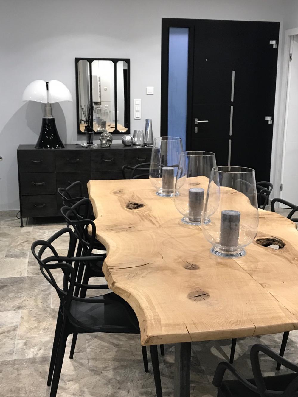 Table en chêne à bords irréguliers et piétements métalliques noirs – 1800.00€