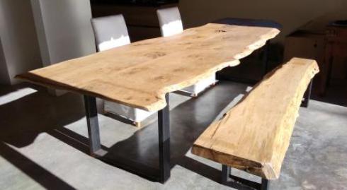 Plateau de table en vieux chêne à bords irréguliers et piétements en métal – 1800.00€