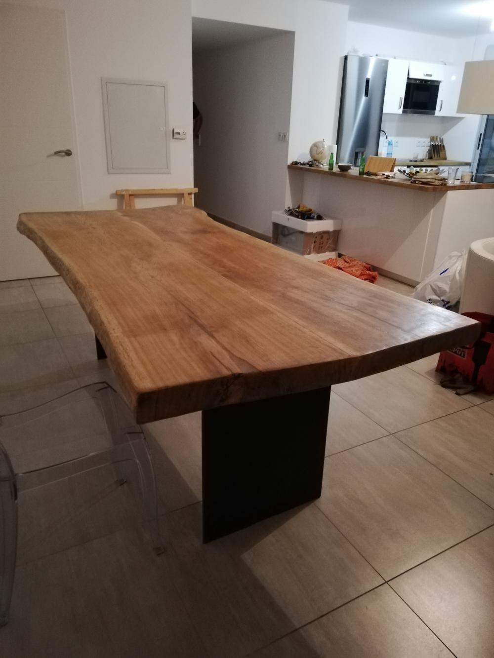 Table en vieux chêne massif avec piétements métalliques – 2400.00€