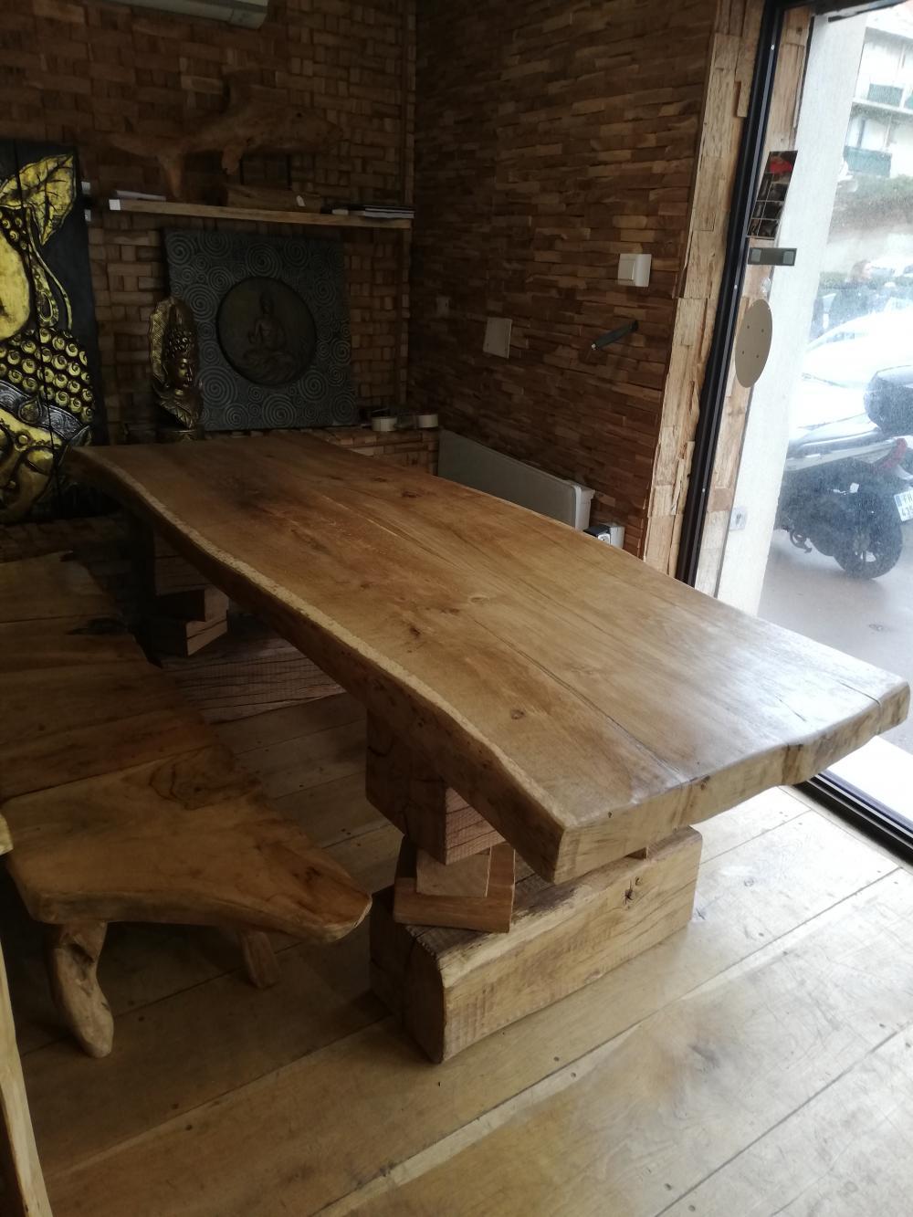 Table en vieux chêne à bords irréguliers et piétements en poutre de chêne – 1950.00€