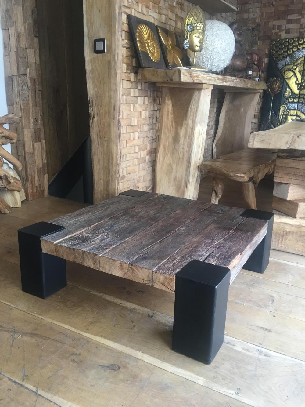 Table basse vielles poutre de chêne et piétements métalliques – 1200.00€