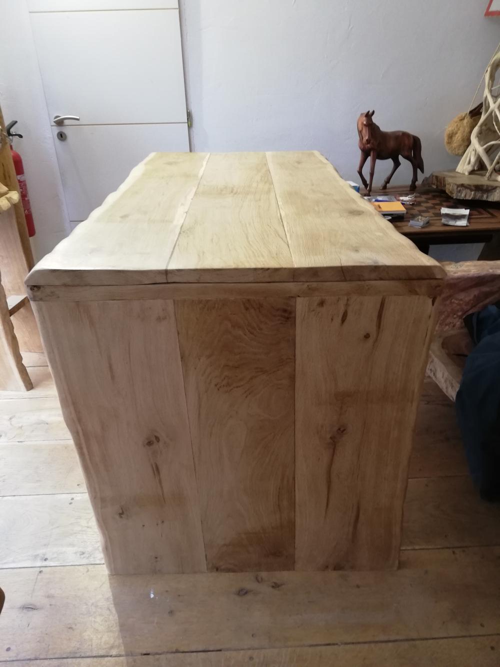 Table en vieux chêne clair à bords droits sous écorce et piétement en bord de table – 1200.00€