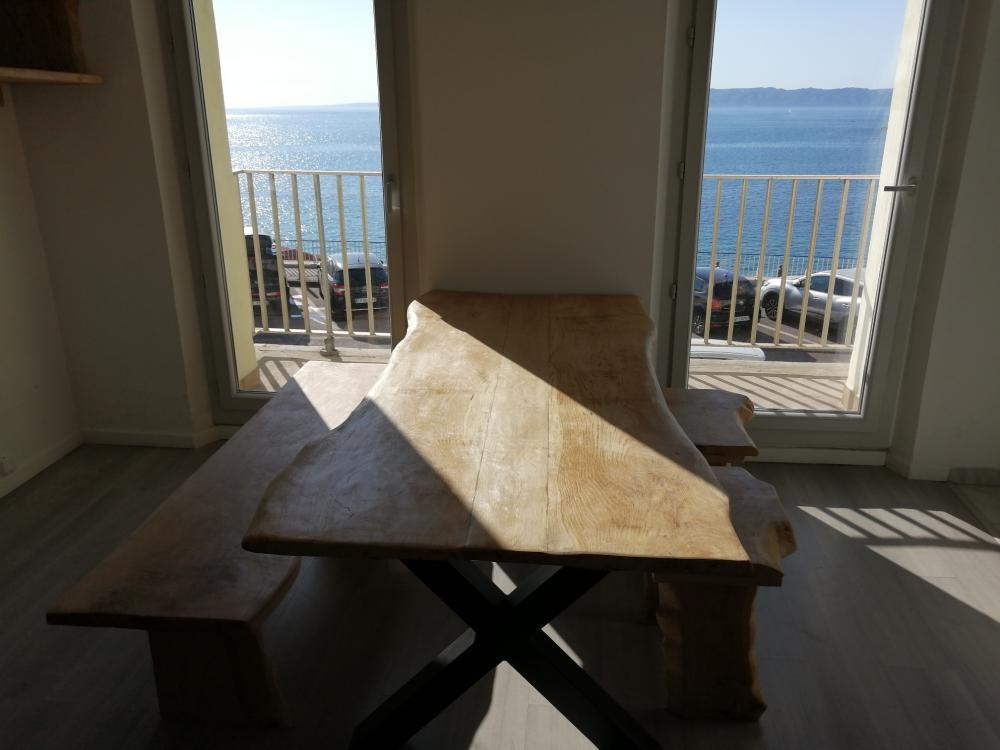 Table en chêne live edge avec piétement en métal croisé – 1300.00€