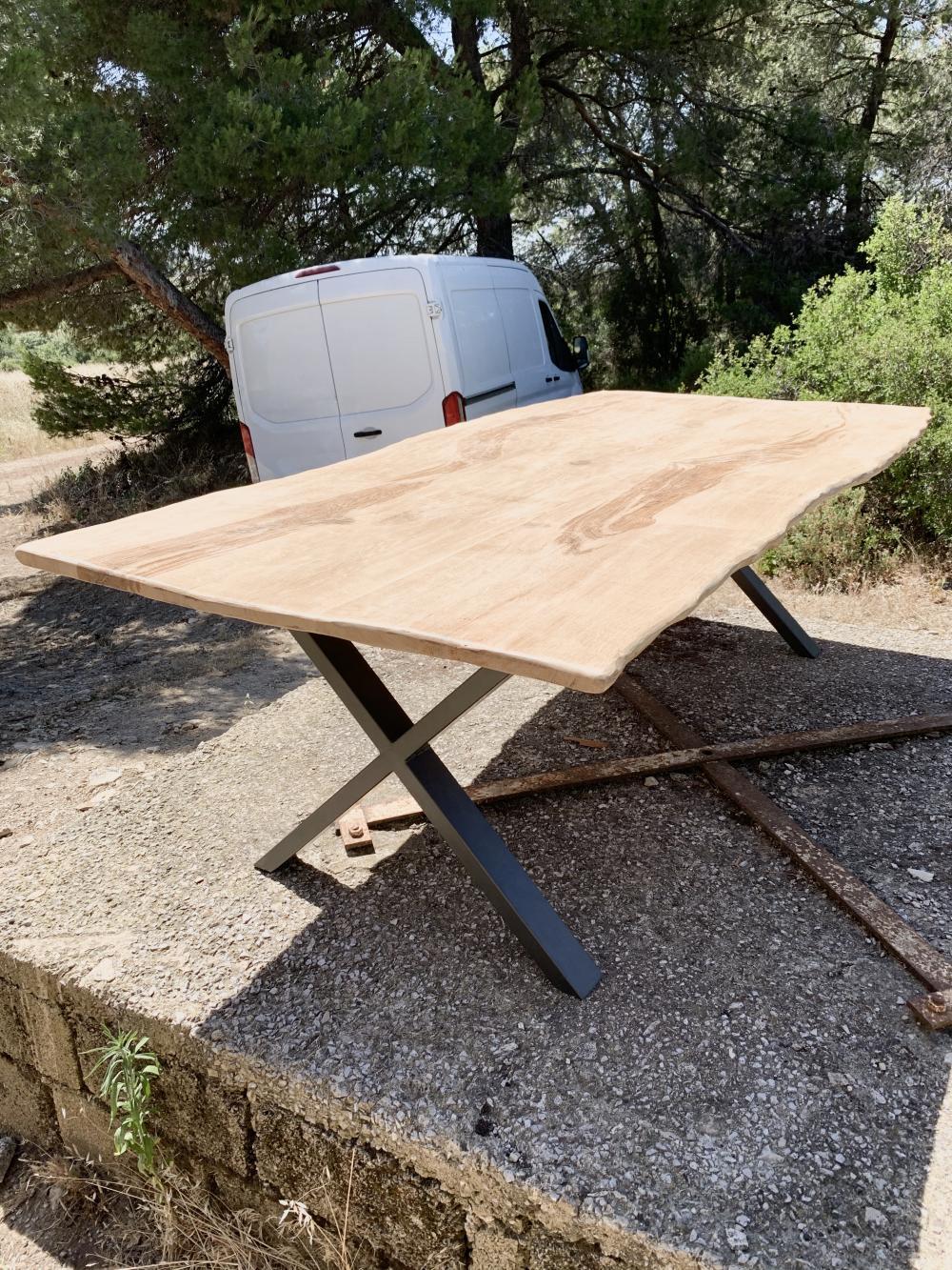 Table en vieux chêne clair à bords irréguliers avec piétement en «X» – 2100.00€