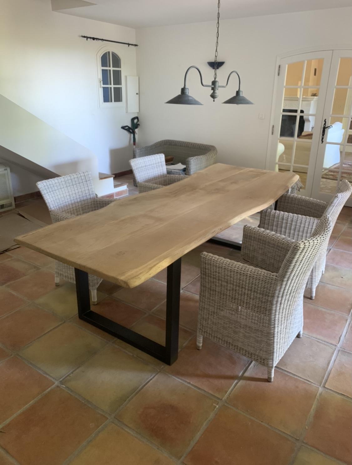 Table vieux chêne clair bords irréguliers avec piètement métallique – 1800,00€